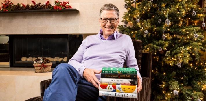 """Cada año el filántropo cofundador de Microsoft, <strong>Bill Gates</strong>, <strong>recopila en su blog personal</strong> una serie de sugerencias sobre lo que considera los <strong>mejores libros del año</strong>, las mejores noticias o las mejores lecturas de verano entre otras recomendaciones que brinda a sus lectores. En este caso reproducimos la lista de los <strong>5mejores libros de 2016 según Bill Gates</strong>. Descubre los títulos a continuación. <br/><br/><strong><br/>Los 5 mejores libros de 2016 según Bill Gates</strong><br/><br/><br/>1 – <a href=https://www.gatesnotes.com/Books/String-Theory target=_blank>La teoría de las cuerdas</a><br/><br/><strong>David Foster Wallace</strong>, un escritor estadounidense (ya fallecido) famoso por su novela """"La broma infinita"""" es el autor de """"La teoría de las cuerdas"""", un corto <strong>volumen de 5 ensayos de Wallace sobre el tenis</strong>. Tal como escribe Gates en su blog, el lector no tiene que saber jugar al tenis para amar este libro, ya que el autor ejerce una pluma tan hábilmente como Roger Federer una raqueta. <br/><br/><br/>2 – <a href=https://www.gatesnotes.com/Books/Shoe-Dog target=_blank>Shoe Dog</a><br/><br/>Este libro <strong>de Phil Kinght</strong> (co fundador de Nike) es un relato honesto sobre <strong>cómo es el camino hacia el éxito en los negocios</strong>: desordenado, precario y plagado de errores. Según Gates, la historia de Knight """"es una historia increíble"""". <br/><br/><br/>3 – <a href=https://www.gatesnotes.com/Books/The-Gene target=_blank>El gen<br/><br/></a>El gen es un libro del médico biólogo <strong>Siddhartha Mukherjee</strong> catedrático de la <strong>Universidad de Columbia</strong> y <strong>ganador de un Premio Pulitzer</strong>. En este libro el autor guía al lector a través del <strong>pasado, presente y futuro del genoma</strong>, con un enfoque especial en las grandes cuestiones éticas que las últimas y mejores tecnologías del genoma provocan. El libro está escrito para que l"""