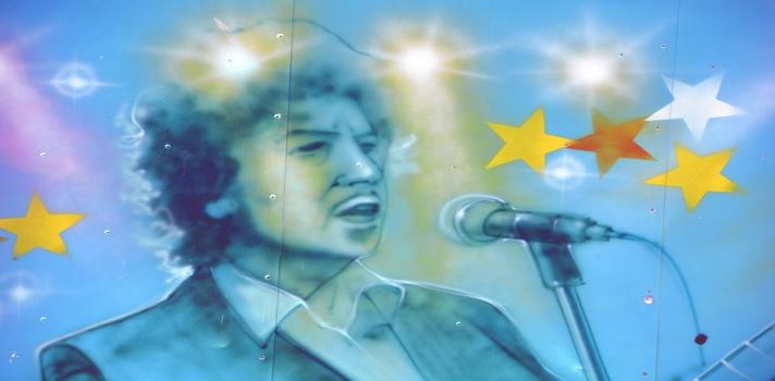 """<p>El cantante y compositor estadounidense, Bob Dylan, recibió el esperado galardón este jueves <strong>por haber creado una nueva expresión poética dentro de la gran tradición americana de la canción</strong>, según anunció la secretaria general de la Academia Sueca, <strong>Sara Danius</strong>.</p><p>Fue reconocido mundialmente en otras oportunidades. En 2007 fue premiado con el Premio Príncipe de Asturias de las Artes y un año después con el Pulitzer de honor.<br/><br/><span>Danius también valora el hecho de que desde hace 54 años Dylan ha estado reinventándose constantemente, y agrega que para quien esté interesado en empezar a escuchar o leer sus trabajos podría empezar por Blonde on Blonde, donde además de encontrar muchos de sus clásicos se dará cuenta de la calidad de sus rimas y su pensamiento pictórico. Por otra parte, consultada al respecto de que Dylan no es un poeta en el sentido más tradicional de la palabra, la secretaria de la Academia opina que <strong>si uno se remonta al pasado encontrará en ejemplos como Homero, artistas que escribieron textos poéticos con la finalidad de ser escuchados y actuados con instrumentos</strong>, por más que los hayamos disfrutado leyendo. El caso de Dylan es similar, uno los puede escuchar y disfrutar al igual que puede hacerlo leyendo.</span></p><p><br/><strong>Acerca de Bob Dylan</strong><br/><br/>El mito estadounidense nacido en Minnesota y de 75 años de edad, es considerado como una de las <strong>figuras más influyentes de su generación</strong>. Sólo quienes hayan navegado alguna vez por su mar de letras reconocerán que <strong>Bob Dylan</strong> es un verdadero poeta.</p><p>Letras como las de """"<strong>Blowin' in the wind</strong>"""", """"<strong>The Times They Are A-Changin</strong>"""", """"<strong>Like a Rolling Stone</strong>"""" o """"<strong>Knockin' On Heaven's Door</strong>"""", son evidencia de esta <strong>lírica forma de hacer canción</strong>. En este sentido, <strong>Per Wastberg</strong>, miembro de la academia, se r"""