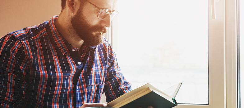 """<p>Em 2015, o <strong><a title=5 livros de poetas brasileiros que você deve conhecer href=https://noticias.universia.com.br/destaque/noticia/2016/03/21/1137557/5-livros-poetas-brasileiros-deve-conhecer.html>Brasil superou a Argentina e a Colômbia no número de leitores</a></strong>. Segundo uma pesquisa do Centro Regional de Fomento ao Livro na América Latina e no Caribe (Cerlalc), da Unesco, 85% dos argentinos, 78% dos brasileiros e 77% dos colombianos são considerados leitores, ou seja, que leram algum livro nos últimos 12 meses.</p><p></p><p><span style=color: #333333;><strong>Você pode ler também:</strong></span><br/><a title=Por que ler grandes clássicos é tão importante? href=https://noticias.universia.com.br/cultura/noticia/2016/05/17/1139573/ler-grandes-classicos-tao-importante.html>» <strong>Por que ler grandes clássicos é tão importante?</strong></a><br/><a title=5 tipos de livros que aumentam seu desempenho escolar href=https://noticias.universia.com.br/cultura/noticia/2016/05/16/1139535/5-tipos-livros-aumentam-desempenho-escolar.html>» <strong>5 tipos de livros que aumentam seu desempenho escolar</strong></a><br/><a title=Mais de 2.000 livros grátis para download href=https://noticias.universia.com.br/tag/livros-grátis>» <strong>Mais de 2.000 livros grátis para download</strong></a></p><p></p><p>A análise também apontou que, no ano passado, entre os entrevistados que se classificaram como leitores, os brasileiros leram uma média de 7,7 livros, enquanto os argentinos leram seis e os colombianos 4,2. Entre o restante dos entrevistados, os brasileiros leram 4,7 livros, os argentinos três e os colombianos dois.</p><p></p><p>Os resultados foram apresentados durante a 4ª edição do estudo <strong>""""Retratos de Leitura no Brasil""""</strong>, que é realizada pelo Ibope, a pedido do <strong><a title=Instituto Pró-Livro href=https://prolivro.org.br/home/ target=_blank>Instituto Pró-Livro</a></strong>, que tem projetos voltados a conhecer a realidade da leitura no Brasi"""
