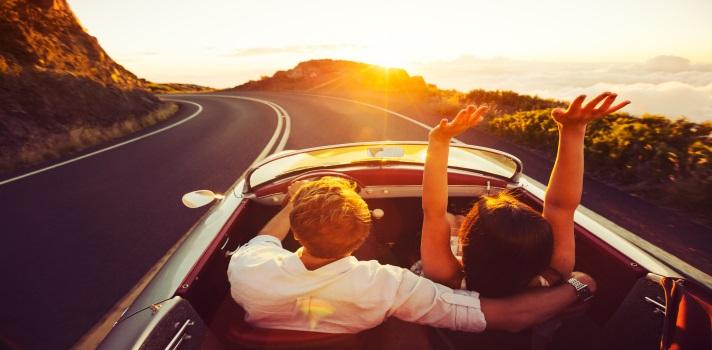 Las 20 canciones que no pueden faltar durante un viaje en coche