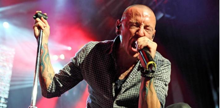 """<p>Los jóvenes han crecido escuchando <strong>Linkin Park</strong>, una de las bandas míticas del <strong>rock alternativo</strong> que se hizo mundialmente famosa por su estilo musical que mezcla rock, rap y sonidos electrónicos. Ayer, 20 de julio, se dio a conocer a triste noticia del <strong>fallecimiento de su líder Chester Bennington</strong>, quien fue hallado ahorcado en una residencia cerca de Los Ángeles (EE. UU.).<br/><br/></p><p>El joven artista tenía <strong>problemas de adicciones</strong> y supo reconocer en una entrevista que había considerado en un pasado el suicidio como una opción, por los traumas con los que aún vivía por haber sido abusado cuando era niño.<br/><br/></p><p>Este es otro <strong>duro golpe en lo que va del 2017 para el mundo del rock and roll</strong>, que en mayo tuvo que dar un adiós temprano a <a href=https://noticias.universia.net.mx/cultura/noticia/2017/05/18/1152557/10-canciones-inolvidables-interpretadas-chris-cornell.html target=_blank>Chris Cornell, líder de Soundgarden y Audioslave</a>.<br/><br/></p><p><strong>Las personas se van, pero la música queda</strong>. Por eso decidimos hacer un pequeño homenaje a Chester recordando sus mejores interpretaciones en Linkin Park. A través de su arte, podrá trascender y recordarse como una de los músicos de rock más destacados del nuevo milenio.<br/><br/></p><h2><strong>10 canciones para recordar a Chester Bennington<br/><br/></strong></h2><p><strong>1- """"In The End""""<br/></strong></p><div style=text-align: left;><iframe width=560 height=315 src=https://www.youtube.com/embed/1yw1Tgj9-VU frameborder=0 allowfullscreen=allowfullscreen></iframe><br/><br/><br/><p><strong>2- """"Crawling""""<br/><br/></strong></p></div><iframe width=560 height=315 src=https://www.youtube.com/embed/Gd9OhYroLN0 frameborder=0 allowfullscreen=allowfullscreen></iframe><br/><br/><br/><p><strong>3- """"Numb""""</strong></p><iframe width=560 height=315 src=https://www.youtube.com/embed/kXYiU_JCYtU frameborder=0 allowfullscreen=a"""