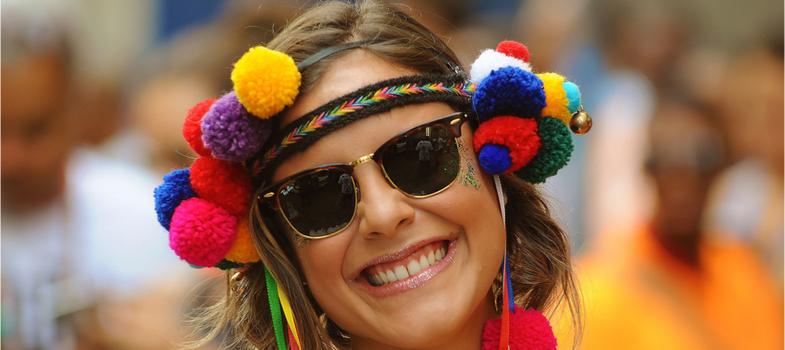 """<h2><strong>É Carnaval! Devo estudar ou relaxar hoje?</strong></h2><p><em>Hoje é a segunda-feira, mas também é Carnaval: é hora de correr com os estudos ou aproveitar para descansar a mente para o ano que vem por aí?</em></p><p></p><p>Manter o ritmo de estudos ou simplesmente """"abandonar"""" os livros e aproveitar o """"feriadão"""" de Carnaval para descansar?</p><p>Se a segunda opção for a sua escolha, há o risco de bater aquele peso na consciência frente aos compromissos com vestibular, universidade ou cursos técnicos que deixam o seu calendário recheado.</p><p>Hoje é segunda-feira, mas, embora seja início da semana, os eventos carnavalescos estão por toda parte. O clima festivo deixa o estudante ainda mais confuso e o questionamento não sai da cabeça: <strong>é Carnaval! Devo estudar ou relaxar hoje?</strong></p><p>Confira, abaixo, algumas sugestões para balancear as duas coisas e avalie qual você considera melhor seguir.</p><h2><strong>Desacelerar é uma opção</strong></h2><p>Alguns especialistas não aconselham alterar a rotina de estudos. Entretanto, ponderam que o estudante deve refletir sobre o seu cronograma. Assim, uma alternativa é aproveitar o feriado de Carnaval para desacelerar.</p><p>Exemplo: encurtar de quatro para duas horas o tempo dedicado aos livros. A redução vai propiciar um momento de lazer no final do dia ou à noite. Daria até para pular Carnaval ou mesmo pegar um barzinho com os amigos.</p><h2><strong>Evite dormir e acordar muito tarde</strong></h2><p>Para não cessar a rotina de estudos e também não prejudicar a saúde, a recomendação é evitar abusos. Se você deseja manter-se empenhado no aprendizado, tente não dormir nem acordar tão tarde.</p><p>Mesmo mantendo o ritmo habitual dedicado aos livros, não deixe de separar um tempinho do seu dia para descansar. Maratona de estudos desnecessária pode prejudicar o nível de concentração e capacidade de assimilar o conteúdo estudado.</p><h2><strong>Ampliar os estudos com o tempo livre</strong></h2><p>Há quem tir"""