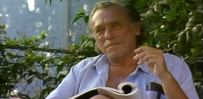 """<p>Tan criticado como amado, el escritor y poeta <strong>Charles Bukowski</strong> supo sembrar la polémica y la admiración de todo el mundo, retratando temas como <strong>la decadencia, el alcohol, las drogas, el sexo, las mujeres o la pobreza</strong>; temáticas que también fueron parte esencial de su propia vida.<br/><br/></p><p><strong>Charles Bukowski nació el 16 de agosto de 1920 </strong>en la ciudad alemana de<strong> Andernach</strong>. A sus tres años de edad la familia decide trasladarse a Estados Unidos, donde el pequeño Charles debió convivir con <strong>la pobreza y miseria</strong>, además de con los frecuentes castigos de su padre.<br/><br/></p><p>Al culminar la secundaria se inscribió en la universidad con el fin de <a href=https://noticias.universia.net.mx/educacion/noticia/2017/01/23/1148722/5-carreras-puedes-estudiar-si-gustan-letras.html>estudiar periodismo</a>, carrera que nunca llegó a culminar. Durante esta misma época <strong>trabajó en varios empleos como lavaplatos o aparcacoches</strong>, oficios que combinó con el alcohol y un modo de vida errante.<br/><br/></p><p>Logró poner en palabras muchas de sus experiencias a través de <strong>poemas y cuentos </strong>que fueron publicados en diferentes periódicos y revistas. En 1956 consiguió trabajo en el correo, lo que lo inspiró a crear su primera novela <strong>""""El cartero"""" (1971)</strong>.<br/><br/></p><p>Tras años de trabajar en cosas que no le gustaban, con el único fin de ganarse el pan, Bukowski renunció a su trabajo a los 50 años y <strong>pudo dedicarse por completo a la escritura</strong>.<br/><br/></p><h2><strong>Alcohol, pobreza y mujeres: el escenario de Bukowski<br/><br/></strong></h2><p>Una característica común en los textos de Charles Bukowski es que todos reúnen <strong>elementos autobiográficos</strong>. Temas como <strong>el alcohol, la pobreza, las drogas y el sexo</strong> se hacen presentes a través de la creación de personajes inspirados en la vida real.<br/><br/></p><p>"""