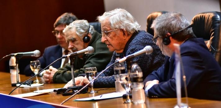 Conferencia de Chomsky en Uruguay