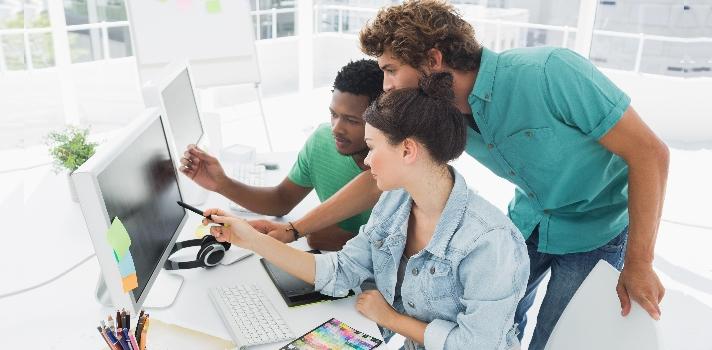 <p>Cada 27 de abril se celebra el <strong>Día Internacional del Diseño</strong> por iniciativa del Consejo Internacional de Asociaciones de Diseño Gráfico (Icograda) y la Organización de Naciones Unidas. Este día es una conmemoración para todos aquellos <strong>profesionales relacionados con el mundo de la comunicación visual</strong>, que viven esta profesión no solo como un trabajo, sino también como una pasión.<br/><br/></p><p>El Día Internacional del Diseño Gráfico es de gran relevancia para los medios de comunicación, revistas, periódicos y estudios de diseño, que aprovechan la fecha para <strong>felicitar a los profesionales del área</strong>. Este día también se aprovecha en diferentes partes del mundo para realizar eventos y exposiciones, a modo de <strong>celebrar la noble labor del diseñador</strong>, que consiste en estudiar la realidad e informar a través de la comunicación visual.<br/><br/></p><p>Los diseñadores suelen ser <strong>personas muy imaginativas y creativas</strong>, que aprendieron a extraer la esencia de determinados sucesos y cosas para plasmarla a nivel gráfico. Actualmente, <strong>en nuestro país existen numerosos diseñadores</strong> que trabajan en diferentes sectores como la publicidad, medios de comunicación, imprentas y webs, pero solo <strong>algunos pocos se destacan por la calidad de sus trabajos</strong> y su experiencia en el rubro.<br/><br/></p><p>Con motivo del Día Internacional del Diseño Gráfico, desde Universia elaboramos <strong>un listado con algunos de los diseñadores gráficos más importantes de México</strong>. Estos profesionales apuestan por la creación de piezas únicas y se han posicionado como referentes en el área, con un discurso propio e innovador.<br/><br/></p><h2><strong>Diseñadores Gráficos mexicanos que tienes que conocer<br/><br/></strong></h2><p><strong>Alejandro Magallanes</strong></p><p>Nacido en Ciudad de México, este diseñador ha publicado su trabajo en revistas y libros especializados de diseño gráfi