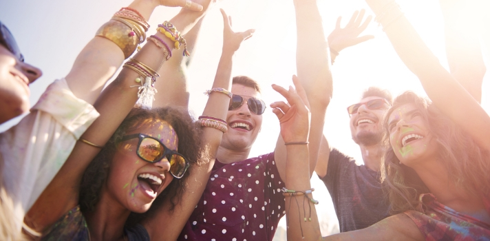 Sin duda los <strong>festivales de música</strong> son una opción muy divertida a la hora de salir, pero para poder disfrutarlos al máximo es necesario tomar algunos recaudos. Chequea a continuaciónalgunos <strong>consejos para hacer de esta una gran experiencia</strong>. <br/><strong><br/><br/>6 consejos para disfrutar de un festival de música</strong><br/><br/><strong><br/>1 – Ve bien alimentado y descansado</strong><br/><br/>Seguramente pases horas saltando y bailando en un festival de música, por lo que <strong>haber dormido bien previamente es esencial para que puedas disfrutar del evento</strong>. Asimismo <strong>la alimentación previa también es fundamental</strong>: necesitarás tantas energías para llevar la marcha del festival que si no has comido y dormido lo suficiente te sentirás agotado al rato de estar allí. <br/><strong><br/><br/>2 – Elije ropa y calzado cómodo</strong><br/><br/>Si eres mujer y muy coqueta, olvídate de los tacones para ir a un festival de música. Si vas con este tipo de calzado seguramente lo lamentarás, porque no solo son incómodos para este tipo de celebraciones sino que además te puedes ligar unas cuantas pisadas. Piensa que <strong>puedes pasar horas de pie y cuando te sientes seguramente sea en el suelo, por lo que elegir ropa y calzado cómodo será tu mejor opción</strong>. Además chequea el clima antes de salir: puede ser que en la noche se ponga un poco más fresco, así que no dudes en incluir un abrigo liviano. <br/><strong><br/><br/>3 – No te excedas con el alcohol</strong><br/><br/>Es cierto que en los festivales de música los jóvenes consumen alcohol e incluso sustancias más peligrosas, pero piensa si de verdad quieres ser parte de eso y asumir los riesgos que esto conlleva. Tal vez puedas tomar un vaso o dos de alguna de tus bebidas alcohólicas preferidas, pero no permitas que esto te arruine la velada o, peor, te arruine a ti. <br/><br/><strong>Deberás mantenerte hidratado para no sentirte mal físicamente, y el alcohol de