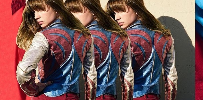 La serie Girl Boss (original de Netflix) cuenta la vida de Sophia Amoruso, quien comenzó comprando ropa en tiendas vintage para luego revenderlas por Internet. La serie hizo furor entre estudiantes de Diseño y publico en general