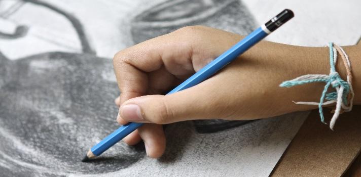 <p>¿Te gustaría <strong>aprender a dibujar</strong>? Quizás piensas que simplemente no tienes el talento necesario para hacerlo, o nunca has tenido tiempo o dinero para asistir a clases de dibujo. ¡No te preocupes! La realidad es que aunque muchas personas saben dibujar naturalmente, esto no quiere decir que se trate de una habilidad imposible de adquirir en la adultez.</p><blockquote style=text-align: center;><a id=REGISTRO_USUARIOS class=enlaces_med_registro_universia title=Regístrate en Universia href=https://usuarios.universia.net/home.action>Regístrate</a>para estar informado sobre becas, ofertas de empleo, prácticas, Moocs, y mucho más.</blockquote><p>Por este motivo, te compartimos la <a title=Descubre más cursos online gratuitos href=https://noticias.universia.net.co/tag/cursos-online-gratuitos/ target=_blank>oportunidad de aprendizaje online</a>que ofrece la plataforma educativa y artística <a title=Drawspace href=https://www.drawspace.com/ target=_blank rel=nofollow>Drawspace</a>. En este sitio, podrás encontrar un curso de dibujo estructurado en <a href=https://www.drawspace.com/lessons target=_blank rel=nofollow><strong>420 lecciones</strong></a><strong> de dibujo virtuales</strong>, de las cuales la mayoría son completamente <strong>gratuitas</strong>.</p><p>Este curso de dibujo comienza por un <strong>módulo introductorio</strong>, en el que puedes aprender sobre los distintos tipos de lápices y herramientas que necesitas para comenzar a dibujar, la mejor postura corporal y otras nociones básicas para incursionar en esta actividad, así como un glosario de los términos artísticos más usados.</p><p>Una vez completado este módulo introductorio, puedes seguir practicando y aprendiendo en los siguientes <strong>siete módulos</strong>:</p><p>- Dibujo de contornos</p><p>- Técnicas de sombreado</p><p>- Composición y perspectiva</p><p>- Diversidad en las artes visuales</p><p>- Personas y animales</p><p>- El lado divertido del arte</p><p>- Creando arte con los c