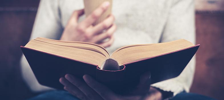 <p>Os <a title=5 motivos para começar a ler agora href=https://noticias.universia.com.br/destaque/noticia/2015/11/25/1134057/5-motivos-comecar-ler-agora.html>livros clássicos</a>mostram aos leitores a realidade de uma época muitas vezes distante, tal como hábitos e organização social ou até mesmo o tipo de ficção produzido naquele momento histórico. No entanto, é comum que as pessoas tenham dificuldade de escolher em qual livro desejam se debruçar e aprender mais. Pensando nisso, <strong> confira 3 livros clássicos que você deve ler ao longo da vida:</strong></p><p></p><p></p><blockquote style=text-align: center;>Cadastre-se <span style=text-decoration: underline;><a id=LIVROS class=enlaces_med_leads_formacion title=Cadastre-se aqui para baixar mais de 2 mil livros grátis href=https://livros.universia.com.br/ target=_blank>aqui</a></span> para baixar mais de <strong>2.000 livros grátis</strong></blockquote><p><span style=color: #333333;><strong>Você pode ler também:</strong></span><br/><strong><a title=Os 3 livros favoritos de Bill Gates href=https://noticias.universia.com.br/carreira/noticia/2015/12/04/1134416/3-livros-favoritos-bill-gates.html>»</a>5 livros estrangeiros para ler nas férias</strong><br/><a style=color: #ff0000; text-decoration: none; text-weight: bold; title=Os 3 livros favoritos de Bill Gates href=https://noticias.universia.com.br/carreira/noticia/2015/12/04/1134416/3-livros-favoritos-bill-gates.html>» <strong>Os 3 livros favoritos de Bill Gates</strong></a><br/><a style=color: #ff0000; text-decoration: none; text-weight: bold; title=Todas as notícias de Cultura href=https://noticias.universia.com.br/cultura>» <strong>Todas as notícias de Cultura</strong></a></p><p></p><p><strong> 1 – Sherlock Holmes</strong></p><p>A obra escrita por Arthur Conan Doyle teve sua primeira publicação em 1887 e é lida por milhares de pessoas ainda nos dias de hoje. A primeira aparição de Sherlock Holmes aconteceu na novela <strong>Um Estudo em Vermelho</strong>. Devid