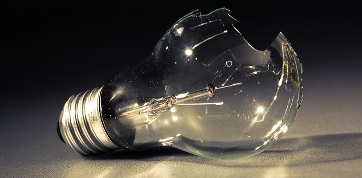 La lista de inventos que presentamos a continuación es tan descabellada que hasta se podría dudar si no ha sido una broma de los creadores (cuyos nombres desconocemos) para que sus innovaciones figuren, justamente, en la lista de los <strong>inventos más inútiles de la historia</strong>. Sabemos que en las categorías de inventos o innovaciones algunas han sido necesarias para la subsistencia, otras nos han simplificado la vida, otras nos han aportado confort y otras son, realmente, inútiles. Descubre a continuación <strong>5 de los inventos más ridículos e inútiles de la historia</strong>. <br/><strong><br/><br/>5 de los inventos más inútiles de la historia</strong><br/><strong><br/><br/>1 – Cubo de Rubik de un solo color</strong><br/><br/>El Cubo Rubik es un rompecabezas mecánico tridimensional inventado por el escultor y profesor de arquitectura de Hungría Erno Rubik en 1974. También se lo conoce con el nombre de cubo mágico y la gracia consiste en alinear las filas de seis colores girando las piezas del mismo. Bien, este es el juguete más vendido del mundo y resulta un verdadero desafío; completamente lo contrario al <strong>cubo de Rubik monocromático, el que más que un juego debe haber sido pensado como un objeto de diseño, ya que otra funcionalidad no tiene</strong>. <br/><br/><strong><br/>2 – Lanzador eléctrico de aviones de papel</strong><br/><br/>Todos amamos algún gadget o artilugio con el que podríamos vivir igual aunque no existiera, pero seguramente <strong>los fabricantes del lanzador electrónico de aviones de papel no lograron conmover a nadie</strong>. La diversión de lanzar avioncitos de papel radica justamente en que es <strong>un juego simple y manual</strong>, por lo que este invento que pretende hacer el juego mecánico merece un lugar en la lista de inventos más inútiles de la historia. <br/><br/><strong><br/>3 – Tenedor eléctrico para espaguetis</strong><br/><br/><strong>El tenedor eléctrico contiene un botón en su mango, el que al ser apretado