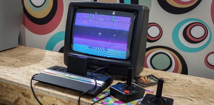 """<p>Para los amantes de los videojuegos, no hay nada mejor que la <strong>Atari</strong>, esa consola retro que <strong>marcó la niñez de muchos en la década de los 80</strong>. <strong>Daniel Perdomo</strong>, un uruguayo apasionado por los videojuegos, tuvo la brillante idea de llevar este juego bidimensional al mundo tangible, inspirado por un juego con su hija.<br/><br/></p><p>Hace solo tres años, Perdomo jugaba con su pequeña en <strong>una mesa de vidrio donde movían imanes </strong>como por """"arte de magia"""" y allí se le ocurrió que podía ser una buena idea llevar un juego de consola a la realidad """"palpable"""", en la que los objetos que se mueven se puedan tocar.<br/><br/></p><p>De acuerdo a declaraciones que realizó a El País, Perdomo dice que en ese momento recordó inmediatamente el <strong>Pong, el juego de Atari</strong> y se preguntó si sería posible replicarlo en tres dimensiones y hacer del juego """"algo vivo"""". El Pong <strong>es considerado un hito en el mundo de los videojuegos</strong>, por lo que modificarlo y relanzarlo sería toda una revolución para el sector del entretenimiento. <br/><br/></p><div><iframe width=560 height=315 style=display: block; margin-left: auto; margin-right: auto; src=https://www.youtube.com/embed/e4VRgY3tkh0 frameborder=0 allowfullscreen=allowfullscreen></iframe></div><p><br/><br/>Luego de conversar con amigos, este emprendedor uruguayo <strong>llegó a consultar a Nolan Bushnell, el fundador de Atari</strong>, y le comunicó su idea. Nolan lo felicitó y lo animó a llevarla a cabo. Este fue el impulso que Perdomo necesitaba para comenzar a probar con diferentes prototipos para alcanzar su tan preciado Pong tangible.<br/><br/></p><p>Así comenzó a <strong>investigar sobre imanes, motores, programación y electrónica</strong>. El proyecto fue tomando cada vez más fuerza y fue mencionado por revistas de renombre internacional, lo que le impulsó a <strong>tramitar la licencia en Atari</strong> y además pedir un fondo estatal.<br/><br/></"""
