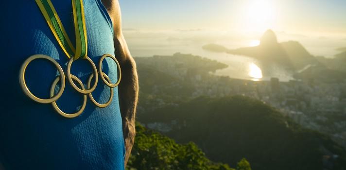Tic, tac, tic, tac. La cuenta atrás está a punto de terminar, dando paso a una nueva edición de la competencia deportiva más importante del mundo: los <strong>Juegos Olímpicos</strong>. Río de Janeiro es el escenario elegido en el que ya se encuentran miles de atletas y un mismo sueño, volver a casa con la medalla de oro.<br/><br/>Entre todos los clasificados para participar <strong>en la cita olímpica hay 17 uruguayos que competirán en 9 disciplinas diferentes</strong>, siendo atletismo la que goza de mayor representación patria. A continuación detallamos los nombres de los deportistas nacionales sobre los que recaerá mayor atención los próximos 20 días.<br/><br/><p><strong>Atletismo:</strong></p><ul><li>Andrés Silva –400 mts vallas</li><li>Emiliano Lasa – salto largo</li><li>Andrés Zamora–maratón</li><li>NicolásCuestas –maratón</li><li>Martín Cuestas –maratón</li><li>Deborah Rodríguez – 800 mts.</li></ul><div></div><div><strong>Vela:<br/></strong></div><ul><li>Dolores Moreira –láser radial</li><li>Alejandro Foglia – finn</li><li>Pablo Defazio –nacra 17.</li><li>Mariana Foglia – nacra 17</li></ul><strong><br/>Natación:</strong><ul><li>Inés Remersaro – 100 metros libres</li><li>Martín Melconian – 100 metros pecho.</li></ul><div><strong><span data-sheets-value={ data-sheets-userformat={>Salto ecuestre:<br/></span></strong></div><ul><li>Néstor Nielsen</li></ul><div></div><div><strong>Tenis:<br/></strong></div><ul><li>Pablo Cuevas – singles</li></ul><div><strong>Judo:</strong></div><ul><li>Pablo Aprahamian –100 kg judo</li></ul><div></div><div><strong>Remo:</strong></div><ul><li>Jonathan Esquivel – individual</li></ul><br/><strong>Halterofilia</strong><br/><ul><li>Sofía Enocsson</li></ul>