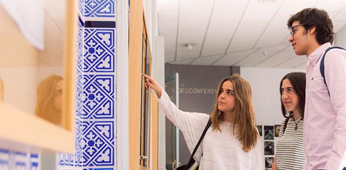 Esta Universidad ha sido pionera en España en la implantación de dobles grados y en la firma de convenios con universidades extranjeras