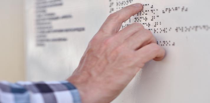 <p>A las <strong>personas invidentes</strong> o con <strong>discapacidad visual</strong> les resulta difícil en <strong>acceder a algunos textos y obras escritas</strong>. Si bien lo ideal sería que para cada libro haya una versión adaptada al sistema Braille, la realidad nos muestra todo lo contrario. Para poder generar una <strong>mayor inclusión cultural</strong> para este grupo de personas, se ha creado un dispositivo que ayuda a leer a quienes tienen problemas de visión.<br/><br/></p><p><strong>El Braille es un sistema muy completo</strong>. Ideado por el francés Louis Braille a mediados del siglo XIX, este sistema de lecto-escritura <strong>es uno de los más populares y utilizados</strong> a nivel mundial por personas ciegas o con cierta discapacidad visual. Sin embargo, <strong>en la actualidad presenta algunos desafíos</strong> en su aplicación y extensión, siendo insuficiente para garantizar la lectura de los invidentes.<br/><br/></p><p>Por fortuna, los <strong>nuevos avances tecnológicos</strong> han dado lugar a la <strong>creación de HandSight</strong>, un proyecto de investigadores de la <a href=https://umd.edu/ title=University of Maryland target=_blank rel=me nofollow>University of Maryland</a> que permite <strong>dar visión a la yema del dedo</strong> de las personas con discapacidad visual, para que estas puedan leer textos de cualquier tipo.<br/><br/></p><p>El dispositivo es una especie de guante que permite <strong>escanear letras mediante una cámara miniatura</strong>, diseñada especialmente para poder llevar el texto a la mente de las personas con discapacidad visual.<br/><br/></p><p>Además de la cámara que permite la lectura, el dispositivo cuenta además con <strong>una guía que ayuda a dirigir la mano</strong>, de manera de que la persona sepa dónde poner el dedo para comenzar y cuándo detenerse.<br/><br/></p><p>De acuerdo a <strong>Jon Froehlich</strong>, uno de los líderes del proyecto, el sistema de HandSight es revolucionario no solo porqu