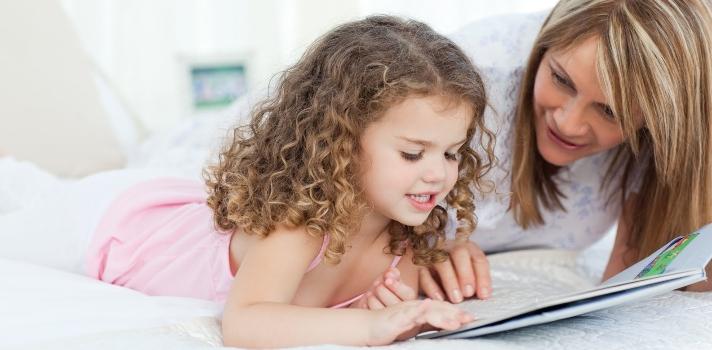 <p>Quienes tienen en su vida un niño, ya sea un hijo, sobrino, hermano, aprendiz o simplemente, un amigo pequeño, seguramente conocen la <strong>importancia de los libros</strong> para ellos. Lo que resulta difícil es saber <strong>qué tipo de libros son los más adecuados para los jóvenes lectores</strong>, dependiendo de sus edades e intereses.<br/><br/></p><p><strong>Lee también</strong><br/><span style=color: #ff0000;><a title=Conoce los mejores 9 modelos de educación en el mundo href=https://noticias.universia.hn/educacion/noticia/2016/03/16/1137414/conoce-mejores-9-modelos-educacion-mundo.html target=_blank><span style=color: #ff0000;>» <strong>Conoce los mejores 9 modelos de educación en el mundo</strong></span></a></span><br/><span style=color: #ff0000;><a title=Bibliotecas comunitarias de Lempira: la lectura como una herramienta de formación y dignificación humana href=https://noticias.universia.hn/actualidad/noticia/2015/02/26/1120165/bibliotecas-comunitarias-lempira-lectura-herramienta-formacion-dignificacion-humana.html target=_blank><span style=color: #ff0000;>» <strong>Bibliotecas comunitarias de Lempira: la lectura como una herramienta de formación y dignificación humana</strong></span></a></span></p><p></p><p>El libro es una de las<strong> primeras herramientas que los niños utilizan para acercarse al mundo</strong>. A través de él, los pequeños se familiarizan con la escritura y la lectura y comienzan a conocer lo más esencial sobre diversas esferas de la vida humana. Si el <strong>texto es de carácter escolar</strong>, el niño podrá adquirir en su lectura conocimientos en diversas disciplinas que le servirán para, en un futuro, convertirse en ciudadano. Si por el contrario, <strong>el texto es una historia de ficción</strong>, el niño puede por ejemplo aprender con él los valores humanos más importantes a través de los personajes y adquirirá una percepción sobre el bien y el mal, además de desarrollar su capacidad imaginativa y creativa.<br/><br/></
