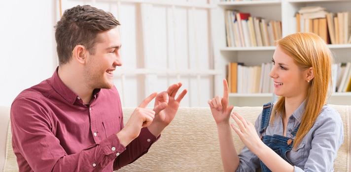 Jóvenes utilizando Lengua de signos