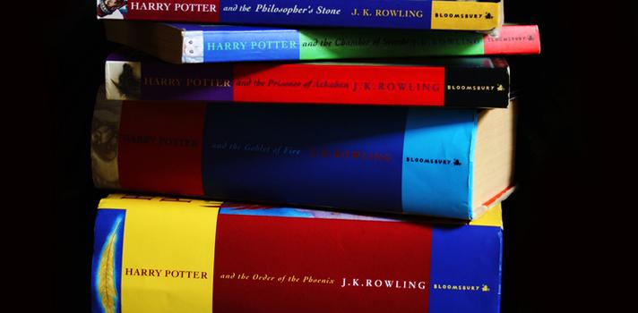 """<p style=text-align: justify;>La <a href=https://www2.gre.ac.uk/ target=_blank>Universidad de Greenwich</a>(Inglaterra), junto con las universidades italianas de <a href=https://internacional.universia.net/europa/unis/italia/padua/>Padua</a>y <a title=Universidad de Verona - Portal de estudios Universia href=https://internacional.universia.net/europa/unis/italia/verona/index.htm>Verona</a>, llevaron a cabo un estudio psicológico que llegó a la conclusión de que los jóvenes que leen los libros de J.K.Rowling en su infancia presentan <strong>menos posibilidad de desarrollar prejuicios en contra de grupos minoritarios y desfavorecidos</strong>, como inmigrantes y refugiados.</p><p style=text-align: justify;></p><p><span style=color: #ff0000;><strong>Lee también</strong></span><br/><a style=color: #666565; text-decoration: none; title=Colombianos leen poco: Menos de la mitad leyó libros en 2014 href=https://noticias.universia.net.co/cultura/noticia/2015/04/27/1124055/colombianos-leen-menos-mitad-leyo-libros-2014.html>» <strong>Colombianos leen poco: Menos de la mitad leyó libros en 2014</strong></a><br/><a style=color: #666565; text-decoration: none; title=9 razones por las que las personas que leen son más exitosas href=https://noticias.universia.net.co/cultura/noticia/2015/03/31/1122467/9-razones-personas-leen-exitosas.html>» <strong>9 razones por las que las personas que leen son más exitosas</strong></a> <br/><a style=color: #666565; text-decoration: none; title=Música clásica: estudio demuestra que activa genes vinculados a la actividad cerebral href=https://noticias.universia.net.co/cultura/noticia/2015/03/17/1121621/musica-clasica-estudio-demuestra-activa-genes-vinculados-actividad-cerebral.html>» <strong>Música clásica: estudio demuestra que activa genes vinculados a la actividad cerebral</strong></a></p><p></p><p style=text-align: justify;>En 1997, con la publicación de """"Harry Potter y la Piedra Filosofal"""", debutó la serie de novelas que conquistó a grandes y p"""