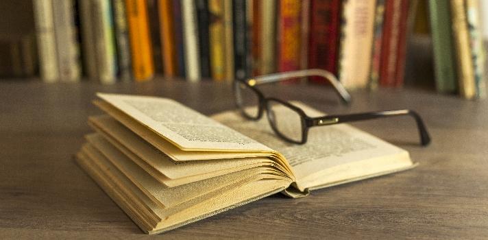 """<p><span>Para los <strong>amantes de la lectura</strong>, no siempre es fácil coincidir con buenos libros; solo es cuestión de probar con diferentes historias y autores. A veces la sorpresa es grande y quedan <strong>maravillados ante algunas narraciones</strong> de las que se extraen un <strong>sinfín de lecciones</strong> para la vida, mientras hay otros libros que parecen una pérdida de tiempo, y solo <strong>dejan un sabor amargo</strong>. Para que esto no suceda, es vital contar con <strong>recomendaciones de lectura</strong>.<br/><br/></span></p><p><span><strong>Leer </strong></span><span>no solo nos hace <strong>personas más cultas</strong>, sino que además nos permite conocer diferentes historias, aprender de ellas y dejar volar nuestra imaginación. El hábito de leer conlleva además diferentes beneficios asociados a las emociones: <strong>nos convierte en seres más empáticos y comprensibles</strong> y libera el estrés, haciéndonos más felices.<br/><br/></span></p><p><span>Para fomentar la lectura a través de libros de calidad, <strong>la revista Time</strong>, uno de los medios de prensa más importantes del mundo, ha publicado <strong>una lista de los mejores libros de todo los tiempos</strong>. Estos textos son de diferentes géneros y tipos, y son una lectura recomendada para todas las personas, al menos una vez en la vida.<br/><br/></span></p><p><span><strong>12 libros que debes leer según la Revista Time<br/><br/></strong></span></p><p><span>1- """"<a href=https://www.amazon.com/gp/product/8415601956/ref=as_li_tl?ie=UTF8&camp=1789&creative=9325&creativeASIN=8415601956&linkCode=as2&tag=uni-mx0f-20&linkId=151686ecadd8db182d22c0f5001bdca8 class=enlaces_med_ecommerce title=Zen y el arte del mantenimiento de la motocicleta target=_blank id=AMAZON>Zen y el arte del mantenimiento de la motocicleta</a>"""", de Robert M. Pirsig: se encuentra en el puesto número uno del listado. Es una obra de ficción psicológica que muestra un viaje de un padre y un hijo, entendido como"""