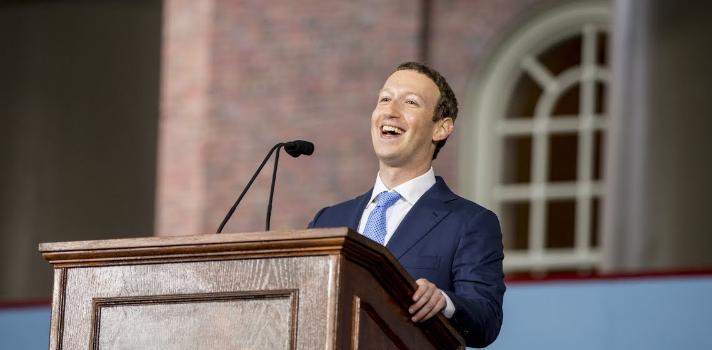 """<p><strong>Mark Zuckerberg</strong> es mundialmente conocido por ser el fundador de la <strong>red social Facebook</strong> (actualmente valorada en 400 mil millones de dólares) pero además, por ser una de las mentes más brillantes y creativas del mundo. <strong>Su inspiradora historia</strong> hoy continúa siendo un ejemplo a seguir, ya que tras 12 años de pausa en sus estudios, <strong>Mark volvió a la Universidad de Harvard para recibir su titulación</strong>. La ceremonia de graduación fue un momento memorable en el que dio un discurso inolvidable.<br/><br/></p><p>Zuckerberg <strong>había abandonado sus estudios en Harvard en el segundo semestre en 2005</strong> con el objetivo de mudarse a California y empezar a trabajar en lo que se convertiría luego en la red social más popular del mundo. <strong>Este emprendedor nato no quería abandonar su sueño</strong>, por lo que decidió pausar sus estudios para comenzar su propia empresa.<br/><br/></p><p><strong>El sacrificio y la inteligencia de Mark</strong> fueron reconocidos ahora por la Universidad de Harvard a través de un título honorífico que recibió en una ceremonia de graduación en la que <strong>dirigió a la juventud un emotivo discurso</strong>.<br/><br/></p><p>""""Rectora Faust, junta de supervisión, profesores, exalumnos, amigos, padres orgullosos, miembros de la junta asesora y graduados de la mejor universidad del mundo. Para mí es un honor estar hoy aquí, porque, digámoslo, consiguieron algo que yo nunca pude. Si sobrevivo a este discurso, será la primera vez que termine algo en Harvard. <strong>¡Felicidades, promoción del 2017!</strong>""""<br/><br/></p><p><strong>Así comenzaba el discurso de Zuckerberg</strong> en una de las universidades más prestigiosas del mundo. Prosiguió hablando de sus recuerdos en Harvard, las personas que conoció allí y cómo todo lo vivido en esa universidad generó un importante impacto en su vida.<br/><br/></p><p>Su <strong>discurso</strong> se enfocó en el futuro de las sociedades """