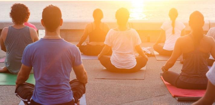 Desde hace poco tiempo a esta parte cada vez más oficinas y universidades se animan a incorporar prácticas poco convencionales para <strong>reducir el estrés de estudiantes y empleados y lograr que se enfoquen más en sus tareas</strong>. De esta manera ya no es sorprendente ver las <strong>universidades y empresas que incorporan el Mindfulness o el Yoga</strong> entre sus actividades. <br/><br/><br/>Varias son las investigaciones que se han realizado durante el último tiempo para conocer <strong>de qué manera influyen las prácticas de relajación</strong><strong>como el Yoga en ámbitos como el educativo o laboral</strong>, llegando a la conclusión de que el poder de la meditación mejora aspectos como <strong>el autoconocimiento, la empatía, memoria, capacidad de aprendizaje y creatividad</strong>. <br/><br/><br/>El Mindfulness surgió con el profesor de medicina de la <a href=https://www.universia.es/estudiar-extranjero/estados-unidos/universidades/massachusetts-institute-of-technology/735/40935 target=_blank>Universidad de Massachusetts</a>, <strong>Jon Kabat-Zinn</strong>, quién decidió investigar de qué manera contribuyen las prácticas de relajación a nuestra vida y productividad. El científico ideó el programa en 1979 y <strong>pudo comprobar que esta práctica trae consigo beneficios cognitivos y psicológicos</strong>, siendo ideal para <strong>aumentar el rendimiento académico y para mejorar y orientar la atención </strong>entre otros beneficios cerebrales. <br/><br/><br/>Para realizar su investigación Kabat-Zinn y su equipo realizaron resonancias magnéticas a voluntarios antes de comenzar con una rutina de Mindfulness y dos semanas después de que incorporaran esta rutina a sus vidas, durante mas o menos media hora diaria. Los investigadores observaron que <strong>quienes incorporaban esta rutina</strong> a su día presentaban un <strong>incremento en la densidad de la materia gris en el hipocampo, el área esencial del cerebro para el aprendizaje, la memoria</stro