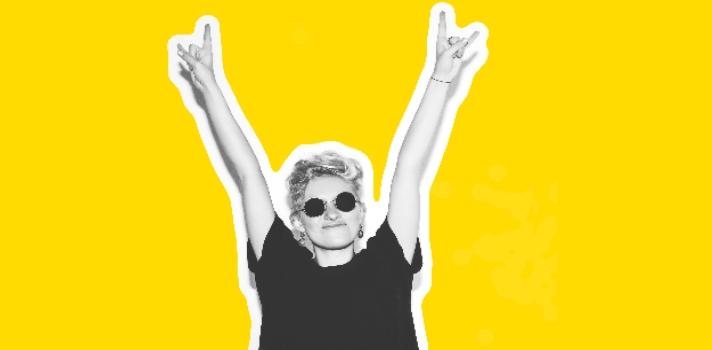 """<p style=text-align: left;>Como lo dijo alguna vez el famoso filósofo Nietzsche: <strong>""""Sin música la vida sería un error""""</strong> y no podríamos estar más de acuerdo. Para tener presente la importancia de la música como expresión artística y especialmente la del género del rock and roll es que hoy se celebra el <strong>Día Mundial del Rock</strong> y desde <a href=https://www.universia.net.mx/ title=Universia target=_blank>Universia</a> decidimos hacerle un homenaje con <strong>un ranking de las mejores canciones del rock de todos los tiempos</strong>.<br/><br/></p><p>Si te consideras un <strong>melómano y fanático del rock</strong> es probable que esta fecha tenga un significado especial para ti. Es un día perfecto para recordar <strong>aquellas canciones que nos han marcado</strong> en diferentes momentos de nuestras vidas y nos han impulsado a bailar, saltar y cantar con pasión.<br/><br/></p><p>El Día Mundial del Rock se celebra cada 13 de julio por <strong>conmemorarse el aniversario del festival</strong><strong>benéfico Live Aid </strong>que tuvo lugar en Londres y Philadelphia de manera simultánea un 13 de julio del año 1985.<br/><br/></p><p>Este concierto tuvo como objetivo recaudar fondos para países en emergencia como Etiopía y Somalia. Para colaborar con la causa se sumaron músicos y bandas legendarias como <strong>Led Zeppelin, Queen, U2, Sting, Mick Jagger </strong>y <strong>The Who</strong>, convirtiéndose en el más grande evento del rock and roll jamás celebrado.<br/><br/></p><p>Por la calidad de los artistas participantes, la duración de 16 horas y su audiencia millonaria, <strong>este concierto ser convirtió en un hito</strong>, trascendiendo los años hasta denominarse como una fecha simbólica del rock.<br/><br/></p><p>El rock es uno de los géneros con más seguidores en el mundo. Si bien es un término amplio que agrupa varios micro géneros, <strong>se destaca por su potencia</strong> y los instrumentos que se utilizan, centrándose especialmente e"""