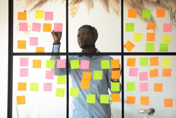 A metodologia scrum é uma divisão dos processos de uma empresa em ciclos, buscando ao mesmo tempo cumprir metas e prazos definidos.