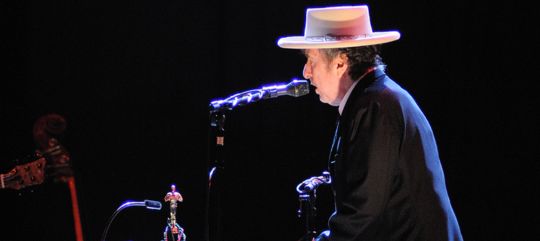 """Nesta quinta-feira (13), o <strong>cantor e compositor norte-americano Bob Dylan</strong>, de 75 anos, <a href=https://noticias.universia.com.br/cultura/noticia/2015/10/08/1132203/escritora-bielorrussa-ganha-nobel-literatura-2015.html title=Escritora bielorrussa ganha Nobel de Literatura 2015>foi nomeado o ganhador do Prêmio Nobel de Literatura 2016</a>, em Estocolmo, na Suécia, """"por ter criado uma nova expressão poética dentro da tradição da música americana"""", segundo os organizadores da premiação. Além do reconhecimento, o artista também ganhará 8 milhões de coroas suecas, que correspondem a, aproximadamente, R$ 2,9 milhões. <p></p><p><span style=color: #333333;><strong>Leia também:</strong></span><br/><a href=https://noticias.universia.com.br/cultura/noticia/2016/01/11/1135335/3-musicas-david-bowie-precisa-conhecer.html title=3 músicas de David Bowie que você precisa conhecer>» <strong>3 músicas de David Bowie que você precisa conhecer</strong></a><br/><a href=https://noticias.universia.com.br/destaque/noticia/2016/03/21/1137557/5-livros-poetas-brasileiros-deve-conhecer.html title=5 livros de poetas brasileiros que você deve conhecer>» <strong>5 livros de poetas brasileiros que você deve conhecer</strong></a></p><p>Muitos devem estar se perguntando o porquê da escolha, já que Dylan sempre atuou na indústria musical e é considerado um dos maiores músicos de todo os tempos. Segundo os organizadores, o nome do cantor já vinha sido cotado como possível vencedor há alguns anos, principalmente pela riqueza das letras compostas por ele, mas também por seus trabalhos como escritor e poeta.</p><p>A secretária-geral da Academia Sueca, Sara Danius, disse que o Nobel foi concedido a Dylan pois """"ele é um grande poeta da língua inglesa e tem um padrão maravilhoso e bastante original"""". Sara também disse que em 54 anos de carreira o músico se reinventou constantemente, criando uma nova identidade. <strong>""""Ele é provavelmente o maior poeta vivo""""</strong>, disse. Sobre ter um <st"""