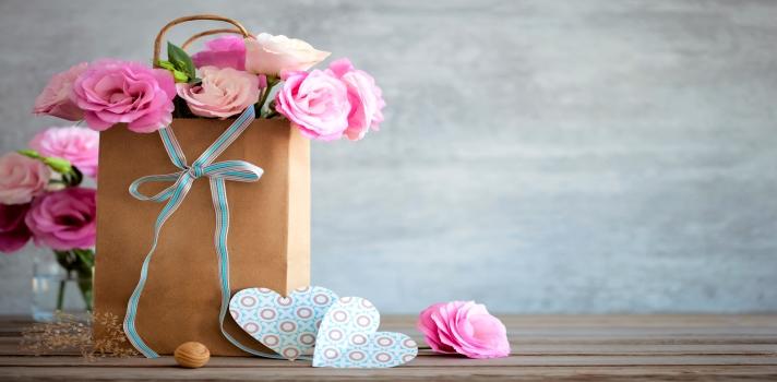 <p>Se acerca el 24 de diciembre y cada vez quedan menos días para <strong>comprar los regalos de navidad</strong>. Con el fin de que los hagas sin ningún tipo de problema, a continuación te damos algunos <strong>consejos</strong>.</p><p></p><div class=help-message><h4>¿Qué tanto te gusta la navidad?</h4><a href=https://test.universia.net/navidad/social?utm_source=Argentina&utm_medium=FB&utm_campaign=Testnavidad class=enlaces_med_registro_universia button01 target=_blank id=TEST_CAPTACION>Descubrilo con este test gratuito</a></div><p></p><h4>>> Establecé un presupuesto</h4><p>Antes que nada, es importante que te sientes a pensar en cuánto dinero querés destinar para cada regalo. De esta manera, sabrás qué podés comprar y qué no, y también en qué aspectos podrías reducir tu presupuesto.</p><h4>>> Evitá las horas pico y los últimos días</h4><p>Si bien es probable que los días más cercanos a navidad estés más libre, sería mejor que trataras de <strong>comprar los regalos antes</strong> y en un horario poco concurrido para evitarte momentos de estrés.</p><h4>>> No gastes más de lo debido</h4><p>Por mejor que sea tu intención, es importante que cuides tu bolsillo y no realices gastos excesivos. <strong>Pensá en las consecuencias</strong> que este exceso puede traer.</p><h4>>> Lo que cuenta es la intención</h4><p>A pesar de lo que muchas personas piensan, un buen regalo no tiene por qué ser caro, ya que no es una prueba del dinero que tenemos. Al fin y al cabo, lo que vale es la intención.</p><h4>>> Explotá tu talento</h4><p>Al momento de empezar a hacer cálculos es probable que empieces a considerar la posibilidad de <strong>elaborar algunos regalos con tus propias manos</strong>. Aprovechá esta instancia para poner a prueba tu talento y tus capacidades manuales.</p><h4>>> Pedí consejos</h4><p>Si no tenés mucha idea de qué regalarle a tus seres más queridos, no dudes en preguntarles qué regalo les gustaría que les trajera Papá Noel.</p><h4>>> Ponete en su lugar</h4><p>La 