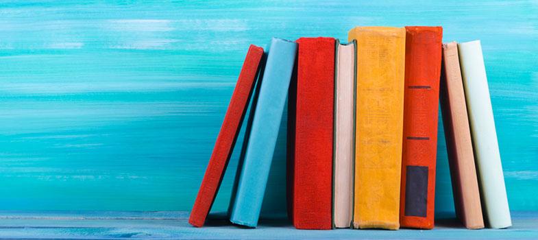 <p>Que os livros fazem toda a diferença e podem marcar para sempre a vida de uma pessoa isso todo mundo sábado. Porém, muito mais do que um passatempo, <strong> os livros são registros, manifestos e meios de nos fazer enxergar uma realidade que não vivemos, abrindo os olhos paras injustiças e preconceitos. </strong> A World Economic Forum fez uma lista com nove livros que mudaram o mundo, confira:</p><p><span style=color: #333333;><strong>Leia também:</strong></span><br/><a href=https://noticias.universia.com.br/cultura/noticia/2016/12/01/1147127/usp-3-mil-livros-jornais-disponibilizados-gratuitamente.html title=USP tem mais de 3 mil livros e jornais disponibilizados gratuitamente>» <strong>USP tem mais de 3 mil livros e jornais disponibilizados gratuitamente.</strong></a><br/><a href=https://noticias.universia.com.br/destaque/noticia/2015/12/22/1134911/5-livros-estrangeiros-ler-ferias.html title=5 livros estrangeiros para ler nas férias>» <strong>5 livros estrangeiros para ler nas férias</strong></a><br/><a href=https://noticias.universia.com.br/destaque/noticia/2015/11/25/1134057/5-motivos-comecar-ler-agora.html title=5 motivos para começar a ler agora>» <strong>5 motivos para começar a ler agora</strong></a></p><p><strong> A Cabana do Pai Tomás (Uncle Tom's Cabin) – Harriet Beecher Stowe </strong></p><p>Escrito em 1862, esse foi o segundo best-seller mais vendido do século XIX, ficando atrás apenas da Bíblia. Narrando a história do Pai Tomás, um escravo afro-americano, a obra conseguiu chamar a atenção para os horrores da escravidão, implementando a causa abolicionista.</p><p><strong> A Selva (The Jungle) – Upton Sinclair </strong></p><p>Escrito em 1906, o livro explora as condições de trabalho, a extrema pobreza e a exploração vivida por trabalhadores imigrantes nas indústrias de carne de Chicago. Ele foi considerado um dos romances políticos americanos mais influenciadores do último século, levando até mesmo a uma investigação nas indústrias, resultando na Lei 