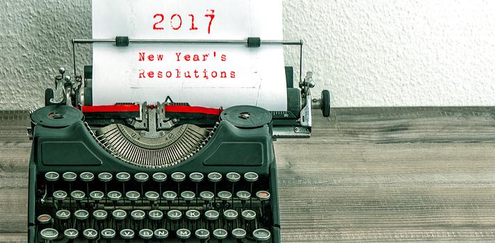 """Cuando comienza un nuevo año es inevitable hacer balance sobre lo que dejamos atrás, cuáles metas no logramos cumplir y cuáles son los nuevos objetivos para los meses que tenemos por delante. Descubre <strong>por qué escribir una lista con tus metas es un gran paso hacia cumplirlas</strong> y chequea algunas consideraciones a tener en cuenta para redactar objetivos cumplibles. <br/><br/><strong><br/></strong>Cuando escribes tus metas en un papel y lo ves todo el tiempo,<strong> tu compromiso con la palabra escrita se vuelve más fuerte</strong>; es decir, al escribir tus metas, <strong>te sientes más comprometido a cumplirlas</strong>, al igual que cuando se las cuentas a alguien más. Además, el ver todo los días ese papel y ver cómo vas tachando lo que ya has logrado <strong>aumentará tu motivación y autoconfianza</strong>. Chequea <strong>4 tips para escribir tus metas y cumplir todo lo que te propones en este nuevo año</strong>. <br/><strong><br/><br/>4 tips a la hora de escribir tus metas para poder alcanzarlas</strong><br/><strong><br/><br/>1 – Ponte metas cumplibles</strong><br/><br/>La idea es que las metas que te propongas sean cumplibles, por lo que <strong>si escribes una lista muy larga con objetivos poco reales será muy difícil que puedas abarcarlo todo</strong>. <strong>La clave está en dividir los grandes objetivos en pequeñas acciones, y comenzar desde lo más fácil para ir hacia lo más complejo</strong>. Por ejemplo, si tu meta es terminar la universidad en tal fecha, comienza por algo como """"en este año debo exonerar x cantidad de materias"""". En fin, pon menos de 10 objetivos en tu lista y procura que no sean desmedidos, sino que <strong>sean el preámbulo y paso necesario para lograr algo mayor</strong>. <br/><br/><strong><br/>2 – Describe los pasos a seguir para cumplir tu objetivo</strong><br/><br/>Desarrolla la idea de cada meta a cumplir escribiendo también los pasos a seguir para logralo. Cuando tomas todos los elementos necesarios para cumplir con"""