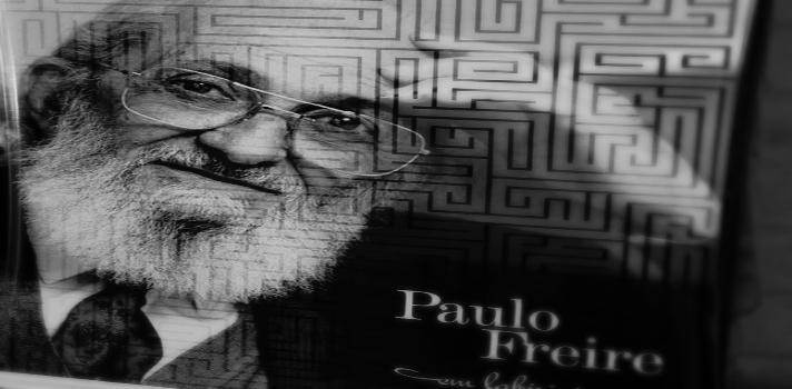 <p><strong>Paulo Freire</strong> nació en Recife, Brasil, en 1921, y falleció el 2 de mayo de 1997. Hasta el día de hoy se lo recuerda como <strong>una de las figuras más importantes de la pedagogía y la educación</strong>, sobre todo por su trabajo y obra en pos de la alfabetización de los adultos. Al cumplirse <strong>19 años de su muerte</strong>, en esta nota te acercamos los principales datos de su vida y obra, así como enlaces para que consigas sus mejores libros.<br/></p><p><strong>Lee también</strong><br/>><a href=https://noticias.universia.net.co/educacion/noticia/2016/04/28/1138758/3-maestrias-virtuales-psicologia-ofrecen-universidades-colombianas.html>3 maestrías virtuales en psicología que ofrecen las universidades colombianas</a><br/>><a href=https://noticias.universia.net.co/educacion/noticia/2016/04/27/1138736/universidades-disruptivas-conoce-propuestas-innovadoras-educacion-superior.html>Universidades disruptivas: conoce las propuestas más innovadoras en educación superior</a><br/>><a href=https://noticias.universia.net.co/educacion/noticia/2016/04/26/1138659/educacion-colombia-informe-ocde-manifiesta-necesidad-mejorar-equidad-calidad.html>Educación en Colombia: informe de la OCDE manifiesta la necesidad de mejorar su equidad y calidad</a></p><p></p><p>Aunque en principio estudió para convertirse en abogado, Freire siempre se mostró interesado en la educación, y luego de defender su primera causa en la profesión legal decidió abandonar esta carrera para <strong>dedicarse de lleno a la enseñanza y al trabajo con la población más vulnerable</strong>.</p><p>Primero en escuelas secundarias, luego en un proyecto educativo junto a sacerdotes, más tarde como vicerrector y rector de la Universidad de Recife, el pedagogo siempre abogó por una <strong>educación humanista, transformadora, que liberara al individuo y fomentara su conciencia crítica</strong>.</p><p>Consciente del problema de analfabetismo adulto que enfrentaba su país natal, Freire dedicó gran pa