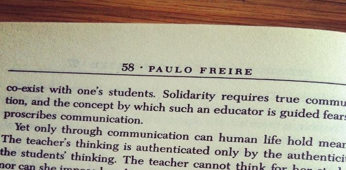 <p style=text-align: justify;>Una sociedad informada y alfabetizada es imprescindible para participar en las decisiones de un país. Por eso,<strong> Paulo Freire </strong>diseñó un<strong> método de alfabetización </strong>que le brindaba a la población las herramientas educativas necesarias para poder ser agentes activos en el país. Conocé cómo el método de alfabetización cambió a la educación y a la sociedad en todo el mundo.</p><p style=text-align: justify;></p><h4 style=text-align: justify;>¿Cómo nació el método de Freire?</h4><p style=text-align: justify;>Cuando Paulo Freire era pequeño fue su padre quien le enseñó el alfabeto, antes de que empezara a ir a la escuela. Recordaba su primer contacto con el mundo de las palabras mediante la utilización de imágenes. Cuando le mostraban imágenes sobre los problemas reales de la gente, luego <strong>procedía a leer y a escribir palabras que expresaran esos problemas</strong>. El tema central de su pensamiento era la realidad de su país natal, Brasil, el cual atravesaba un déficit a nivel de la alfabetización de la sociedad. <br/><br/>Por ello Freire empezó a experimentar distintos caminos en su búsqueda por alcanzar la alfabetización de la población. Realizó un experimento mediante diapositivas de imágenes,una herramienta imprescindible porque despertabagran interés en las personas y fomentaban la motivación. Los cursos que brindaba eran de una hora por día, cinco veces a la semana. Luego de un tiempo Freire afirmó los participantes, que tras asistir por 30 horas al curso, consiguieron <strong>aprender a leer y a escribir</strong>. Así nació su método de alfabetización.<br/><br/></p><h4 style=text-align: justify;>¿Cuáles eran los pilares del método de Freire?</h4><p style=text-align: justify;>Lo que él buscaba <strong>Freire</strong> a través de su <strong>método de alfabetización</strong> era que los participantes pudieran desarrollar y ejercer una <strong>conciencia crítica</strong>. Para ello la educación era deter