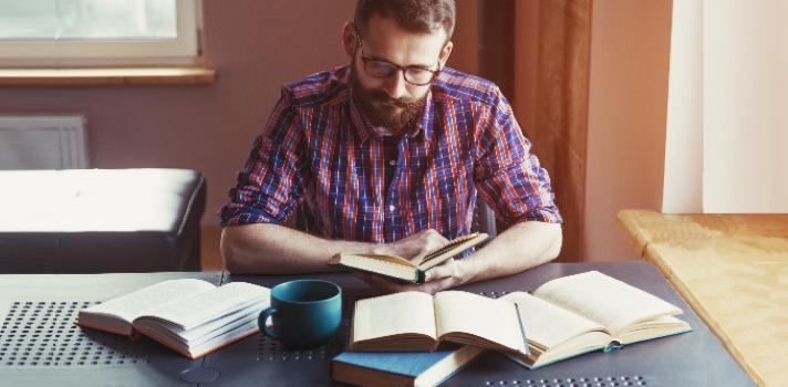 <p><strong>Leer </strong>no solo es divertido, sino que es una perfecta herramienta para <strong>aprender sobre los más variados temas</strong> y transportarnos a lugares increíbles sin siquiera movernos de casa. En el mundo existen millones de libros de los más variados géneros y estilos; podríamos decir que <strong>hay tantos libros como lectores</strong>. ¿Alguna vez te preguntaste <strong>qué tipo de lector eres tú</strong>? Puedes saber la respuesta realizando un test gratuito de Universia.<br/><br/></p><p><strong>Los libros son puertas a mundos infinitos</strong>: sirven para educarnos sobre diferentes realidades y culturas, además de formarnos en diferentes disciplinas. Aquellos que tienen <strong>la lectura como un hábito</strong>, suelen demostrarlo a través de un gran bagaje cultural y apertura mental.<br/><br/></p><p>La lectura es un ejercicio muy enriquecedor, pero sin dudarlo, cada lectura es única para cada lector. <strong>La recepción de una obra</strong> genera una dinámica en donde el lector deja de ser un agente pasivo, para pasar a ser un <strong>constructor de su propia experiencia</strong>, lo que hace que cada persona afronte de manera peculiar esta actividad.<br/><br/></p><p>Si bien la mayoría de nosotros tiene la capacidad de leer, todos leemos cosas diferentes y a nuestro propio ritmo, de acuerdo a lo que dicta nuestro carácter e intereses. <strong>Saber qué tipo de lector somos puede acercarnos al autoconocimiento</strong>; nuestra ansiedad, compromiso, interés y gustos en los libros pueden ser una gran pista para explicar algunos de nuestros rasgos más personales.<br/><br/></p><p><strong>En Universia creamos un nuevo test para los amantes de la lectura</strong>. Solo contestando algunas simples preguntas, puedes conocer un poco más sobre ti mismo y descubrir qué tipo de lectores eres:<br/><br/></p><div class=help-message style=text-align: center;><h4 style=text-align: center;>¿Qué tipo de lector eres?</h4><a href=https://test.universia.net