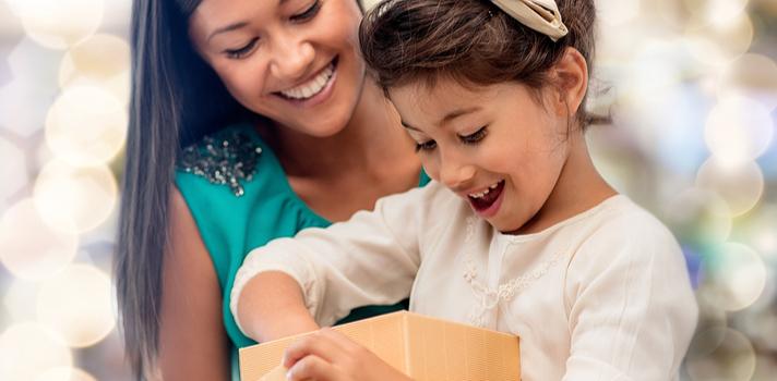 """<p>Los <strong>regalos</strong> llenan de alegría tanto a quienes los reciben como a quienes los brindan, y los más pequeños esperan un presente con ansias y muchas ilusiones. Si bien existen infinidad de productos que puedes comprarles, los <strong>que estimulan su creatividad e imaginación son los más adecuados para niños curiosos</strong> (es decir, para todos los niños). En este sentido existen muchos regalos que pueden<strong> desarrollar la fantasía de los más chicos y hasta ayudarlos a aprender cosas nuevas a través del juego</strong>. Descubre a continuación una lista de regalos ideales para para estimular la creatividad en los niños.</p><p></p><p><strong>El regalo ideal además de divertir debe resultar un desafío para el niño</strong>. A través del juego se pueden <strong>desarrollar distintas habilidades</strong> y hasta aspectos de la personalidad, <strong>estimulando el trabajo en equipo, la tolerancia y amistad</strong>. A la hora de elegir el regalo ideal se deben tener en cuenta ciertas consideraciones como la edad de quien lo va a recibir, las preferencias y qué se pretende trabajar mediante el juego.</p><p></p><p>Otro punto no menor a tener en cuenta es que <strong>los estereotipos de género deben ser eliminados</strong>: una pelota puede ser tan divertida para un niño como para una niña, y asimismo los muñecos u otros juguetes pensados """"para niñas"""" pueden despertar en el niño el sentido de la realidad, como el cuidado del otro o la colaboración en tareas del hogar. Regalar según el mandato social sobre qué es para niños y qué es para niñas es un concepto que poco a poco se está desterrando, ya que <strong>los regalos """"marcados"""" por género no colaboran a la inclusión e igualdad</strong> que la sociedad busca y necesita. Ahora bien, conozcamos la lista de regalos que fomentan diversas habilidades y buenos valores en los niños.</p><p><strong><br/><br/>6 regalos que estimulan la creatividad y distintas habilidades en los niños<br/><br/></strong></p><p>"""