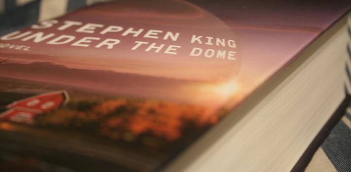 """<p>Stephen King es un prolífico escritor estadounidense, autor de más de cincuenta novelas, libros de cuentos y obras de no ficción, sobre todo dentro del género del terror y la fantasía. Ha vendido millones de copias en diversos idiomas y varias de sus obras han sido adaptadas tanto para la pantalla chica como la grande. En su <strong>obra autobiográfica Mientras escribo</strong>,publicada en el año 2000, King, además de contar cómo fueron sus inicios, realiza recomendaciones para aquellos que deseen dedicarse a la literatura. A continuación, te compartimos los <strong>18 consejos de Stephen King para escritores</strong>:</p><blockquote style=text-align: center;>Conoce los secretos como escritor de Stephen King en su libro <a id=AMAZON class=enlaces_med_ecommerce title=Conseguí el libro Mientras escribo de Stephen King en Amazon href=https://www.amazon.com/gp/product/849759732X/ref=as_li_tl?ie=UTF8&camp=1789&creative=9325&creativeASIN=849759732X&linkCode=as2&tag=universia-co-20&linkId=D3G6Z7RWGXMZYJWK target=_blank>Mientras Escribo</a></blockquote><p><strong>1. Apaga la televisión</strong></p><p>En su lugar, lee lo máximo que puedas. Según King, la televisión es """"venenosa para la creatividad"""". Los escritores deben concentrarse en el mundo de la imaginación. Para ello, el autor recomienda llevar un libro a todas partes y leer siempre que sea posible: """"Si quieres ser un escritor, debes hacer, por sobre todo, dos cosas: leer mucho y escribir mucho"""".</p><p><strong></strong></p><p><strong>2. Prepárate para el fracaso y las críticas</strong></p><p>Para King, escribir ficción es como cruzar el Océano Atlántico en una bañera, ya que ambos dejan mucho espacio para la duda: """"No solo dudarás de ti mismo, sino que los demás dudarán de ti también"""". Por este motivo, debes seguir escribiendo a pesar de las dificultades. """"Dejar un trabajo solo porque es difícil, emocional o intelectualmente, es una mala idea"""". Y si fracasas, debes responder con optimismo.</p><p><strong></strong></"""