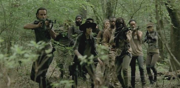 <p><strong>The Walking Dead</strong>, la serie furor del momento, es más que una ficción de humanos intentando escapar de un apocalipsis zombie. Es también la historia del<strong> comportamiento humano en situaciones límite</strong> y cómo el <a href=https://noticias.universia.com.ec/consejos-profesionales/noticia/2016/01/05/1135158/como-formar-mejor-equipo-trabajo.html target=_blank>trabajo en equipo</a>será la clave de la supervivencia. Conoce qué<strong>lecciones de liderazgo y trabajo en equipo puedes aprender de The Walking Dead</strong>. <br/><strong><br/><br/>5 lecciones de liderazgo que podemos aprender de The Walking Dead</strong><br/><strong><br/><br/>1 – Para seguir adelante hay que tomar decisiones difíciles</strong></p><p>Los fans de la serie habrán visto cómo en los momentos más críticos algunos protagonistas como Carol debieron tomar las peores decisiones que afectaban de manera individual a ciertos integrantes pero que eran imprescindibles para salvar al grupo. <br/><strong><br/><br/>2 – Las decisiones que tomes no conformarán a todos</strong><br/><br/>El ideal es que las decisiones que toma el líder conformen a todos los integrantes de manera particular, pero este es un ideal casi inalcanzable. Tal como en la vida real y por más duro que a veces pueda ser, <strong>los líderes deben tomar decisiones difíciles</strong> que si bien afectarán a algunos, <strong>lo harán para el beneficio de la mayoría</strong>. <br/><strong><br/><br/>3 – No existe una única manera de liderar y los líderes no se aprovechan de su posición<br/></strong></p><p>Rick es el líder indiscutido del grupo, aunque otros personajes también ocupan posiciones de sub-liderazgo muy fuertes e importantes dentro del equipo. El personaje de Rick ha pasado a través de las temporadas por una serie de fuertes cambios, y de esta forma también ha <strong>cambiado la manera de conducir al grupo</strong>. <br/><br/>En momentos él tomaba las decisiones en solitario y en otros le interesó que ciert