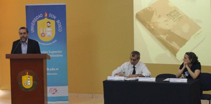 """<p>El libro, escrito por el Dr. Humberto Flores y editado por la <a href=https://www.universia.com.sv/universidades/universidad-don-bosco/in/37182 target=_blank>Universidad Don Bosco</a>se enfoca en el pensamiento de uno de los ensayistas más influyentes sobre la cultura y sociedad, el escritor peruano <strong>José Carlos Mariátegui</strong>.</p><p></p><p>""""Estas páginas tienen la finalidad de presentar una secuencia descriptiva y analítica del pensamiento de <strong>José Carlos Mariátegui</strong>. No se trata de un análisis cronológico de sus obras y conferencias, sino de un análisis basado en la <strong>experiencia que ocupó para ordenar las bases de su pensamiento</strong>. Mariátegui sin duda, hubiese podido hacer un sistema y ofrecer soluciones más viables para el Perú de su tiempo, pero nos dejó muy pronto con su muerte anunciada"""", destaca Flores.</p><p><br/><br/>Durante la presentación del libro, presidieron la mesa de honor, junto al Dr. Flores, el <strong>Dr. Héctor Grenni</strong>, director de la Editorial Universidad Don Bosco y la <strong>Dra. Amparo Marroquín</strong>, directora de Posgrados de la Universidad Centroamericana <a href=https://www.universia.com.sv/universidades/universidad-centroamericana-jose-simeon-canas/in/37191 target=_blank>José Simeón Cañas UCA</a>, quien además realizó un comentario sobre la obra.</p><p></p><p>El libro destaca ciertos apartados que van a regir el pensamiento de José Carlos Mariátegui entre los que se mencionan: El problema del indio como problema nacional; el socialismo creativo; la importancia de la escena contemporánea; la cultura y la política como mediaciones práxicas y el americanismo como proceso identitario.</p>"""