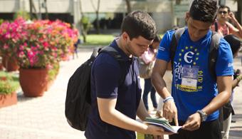 <p style=text-align: justify;>Barranquilla, 3 de marzo de 2015. 252 conferencistas internacionales y nacionales estarán en la<strong> XVIII Cátedra Europa de la<a title=Universidad del Norte - Portal de estudios Universia href=https://www.universia.net.co/universidades/universidad-del-norte/in/11412 target=_blank>Universidad del Norte</a></strong>de Barranquilla, que inicia este lunes 16 de marzo y va hasta el sábado 21.</p><p style=text-align: justify;></p><p style=text-align: justify;>19 países estarán representados durante la semana que este año aborda temas de gobierno, economía, cultura, artes, astronomía, posconflicto, marketing internacional, derechos humanos, tecnología, entre otros. Para este año el invitado de honor será Suiza, que presentará una completa programación que incluye un panel sobre Responsabilidad Social Empresarial de empresas suizas con operaciones en Colombia como Holcim, Nestlé, Sika y Syngenta. Además un ciclo de conferencias en innovación y desarrollo sostenible, en lo cual Suiza es líder en Europa y toda una propuesta cultural entre las que se destacan el concierto de los artistas Pecheurs De Reves, Laurent Brunetti y Mario Pacchioli.</p><p style=text-align: justify;></p><p style=text-align: justify;><strong>Más de la programación</strong></p><p style=text-align: justify;></p><p style=text-align: justify;>El martes 17 de 4:30 .m. a 6:30 p.m. se presentará la conferencia del <strong>expresidente de la República Andrés Pastrana</strong>, quien disertará sobre el panorama de las relaciones internacionales de países latinoamericanos y en especial sobre Venezuela, luego de su viaje al vecino país.</p><p style=text-align: justify;></p><p style=text-align: justify;><strong>Al Sacco Jr</strong>., quien voló en el trasbordador espacial Columbia de la NASA en 1995, <strong>compartirá su testimonio sobre su aventura en el espacio</strong> el miércoles 18 de 10:30 a.m. a 12:30 a.m. Sacco presentará en su intervención los avances en ciencia y tecnol