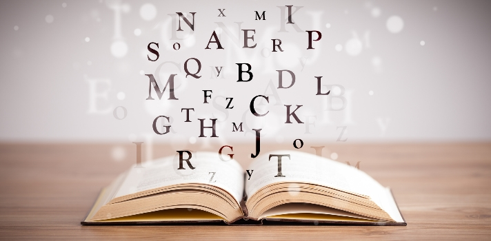 """<p>Todos los idiomas parten de una estructura muy similar que se basa en la<strong> relación entre sujeto y predicado</strong> de acuerdo a la <strong>Gramática Tradicional</strong>que todos aprendemos desde muy pequeños en primaria. Aprender la gramática y pronunciación de un idioma como el nuestro no es una tarea tan difícil como<strong> dominarlo y saber qué términos utilizar</strong> y cuál es la forma adecuada.</p><p></p><p><strong>Lee también</strong><br/><a title=Idiomas que te ayudarán a conseguir empleo href=https://noticias.universia.com.ec/educacion/noticia/2016/03/29/1137780/idiomas-ayudaran-conseguir-empleo.html target=_blank>» <strong>Idiomas que te ayudarán a conseguir empleo</strong></a></p><p></p><p>El <strong>idioma español</strong> es en la actualidad una de las lenguas más habladas en el mundo, con unos 560 millones de hablantes. Posee características únicas que la conforman como una<strong> lengua muy rica y compleja</strong> por sus estructuras gramaticales, sus sufijos, prefijos, clases de palabras y adjetivos.</p><p><br/>De acuerdo a lo informado por el Portal Spanish Language Route,<strong> los hablantes nativos y también extranjeros del idioma español suelen caer en errores muy comunes</strong>, la mayoría de ellos vinculados con el uso cotidiano del idioma, ya sea escrito o hablado. Si quieres conocer <strong>cuáles son estos errores para evitarlos de manera consciente</strong>, a continuación te mostramos los ejemplos más destacados:</p><p><br/><strong>Ideas que expresan redundancias<br/><br/></strong></p><p><strong>• Almorzar al mediodía:</strong> resulta redundante ya que la palabra """"almuerzo"""", en una de sus acepciones del diccionario, significa """"comida del mediodía o a primeras horas de la tarde"""".<br/><br/></p><p><strong>• Salir para afuera y entrar para adentro:</strong> """"salir"""" y """"entrar"""" ya tienen incluido en su significado la movilidad, por lo tanto, son redundantes. Para que no lo sean, se debe indicar un lugar en concreto """"salir """