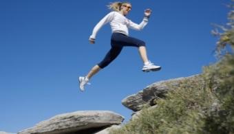 <p style=text-align: justify;>Ningún estudio ha negado que <strong>el ejercicio físico contribuye al <a title=6 hábitos saludables que debes poner en práctica - Noticias Universia Puerto Rico href=https://noticias.universia.pr/en-portada/noticia/2013/01/21/995249/6-habitos-saludables-debes-poner-practica.html>bienestar de nuestro cuerpo</a></strong>. Sin embargo,muchas investigaciones afirman que es preferible hacerlo a la mañana mientras que otras defienden que lo mejor es hacerlo a la noche.</p><p class=mce style=text-align: justify;></p><p style=text-align: justify;><strong>Lee también</strong><br/><a style=color: #ff0000; text-decoration: none; title=5 tips para mejorar tu actividad laboral href=https://noticias.universia.pr/empleo/noticia/2013/04/03/1014538/5-tips-mejorar-actividad-laboral.html>» <strong>5 tips para mejorar tu actividad laboral</strong></a></p><p style=padding-left: 30px; text-align: justify;></p><p style=text-align: justify;>Por ejemplo, un estudio de la<strong><a href=https://internacional.universia.net/europa/unis/reinounido/northumbria/descripcion.htm>Universidad de Northumbria en Newcastle</a></strong>demostró quelos deportistas queman un <strong>20% más de grasa</strong> si realizan el ejercicio en momentos alejados de las comidas y, evidentemente, la mañana es el momento ideal para ello.</p><p style=text-align: justify;></p><p style=text-align: justify;>Además, otra investigación de la<strong><a class=mce href=https://www.fitbie.com/2012/09/17/study-curb-your-appetite-food?blog_cat=625?ocid=twmsnfitbiehttps://internacional.universia.net/eeuu/unis/utah/byu/descripcion.htm>Universidad de Brigham Young</a></strong>demostró que ejercitarse a primera hora reduce notoriamente el hambre que podamos experimentar durante el día.</p><p class=mce style=text-align: justify;></p><p class=mce style=text-align: justify;>Sin embargo, un estudio de la<a href=https://estudios-internacionales.universia.net/eeuu/universidades/UCHICAGO/index.html><strong>Uni