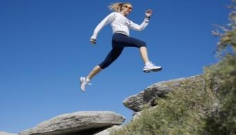 <p style=text-align: justify;>Se acerca el verano y todos empiezan a <strong>hacer ejercicio</strong> para perder el temor de mostrar su cuerpo al resto de las personas. Por eso, a continuación te mostramos algunas aplicaciones que te motivarán a ejercitarte y además, a adquirir el hábito.</p><p style=text-align: justify;></p><p style=text-align: justify;><strong>Lee también</strong><br/><a style=color: #ff0000; text-decoration: none; title=5 consejos para hacer ejercicio físico durante las vacaciones: la mejor época del año para empezar href=https://noticias.universia.com.ar/tiempo-libre/noticia/2014/01/28/1077814/5-consejos-hacer-ejercicio-fisico-vacaciones-mejor-epoca-ano-empezar.pdf>» <strong>5 consejos para hacer ejercicio físico durante las vacaciones: la mejor época del año para empezar</strong></a></p><p style=text-align: justify;></p><p style=text-align: justify;><strong>1)<a title=Lose It href=https://www.loseit.com/ target=_blank rel=me nofollow>Lose It</a></strong></p><p style=text-align: justify;>Esta aplicación te permite llevar un registro de la cantidad de calorías que ingerís a diario y además, cuantas calorías quemás al hacer ejercicio.</p><p style=text-align: justify;></p><p style=text-align: justify;><strong>2)</strong><a style=font-weight: bold; title=Google Fit href=https://developers.google.com/fit/ target=_blank rel=me nofollow>Google Fit</a></p><p style=text-align: justify;>Esta aplicación de google permite administrar información sobre tu estado físico a través de las pulseras y relojes inteligentes, sensores de ritmo cardíaco y acelerómetros. Con Google Fit podés <strong>plantearte objetivos personales y estudiar tus movimientos</strong>, distancias corridas y calorías consumidas.</p><p style=text-align: justify;></p><p style=text-align: justify;><strong>3)<a title=Gain Fitness Cross Trainer href=https://itunes.apple.com/us/app/gain-fitness-cross-trainer/id441646808?mt=8 target=_blank rel=me nofollow>Gain Fitness Cross Trainer</a></strong>