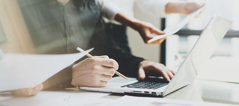 <p><strong>Decidir qual a melhor maneira de captar fundos para a sua startup pode ser muito complicado</strong>, uma vez que cada opção traz consigo prós e contras. De fato, não existe uma fórmula capaz de apontar qual a melhor opção para a sua companhia, mas essa não é uma tarefa impossível. O que você precisa fazer é conhecer em detalhes cada uma das opções e pesá-las com muito cuidado. <strong>A seguir, conheça as principais formas de levantar fundos para a sua startup:</strong></p><p><span style=color: #333333;><strong>Leia também:</strong></span><br/><a href=https://noticias.universia.com.br/tag/empreendedorismo-universitário/ title=Todas as notícias sobre empreendedorismo universitário>» <strong>Todas as notícias sobre empreendedorismo universitário</strong></a></p><p><strong>Autofinanciamento</strong><br/> Se você não confia em investimentos externos e prefere não apelar para os empréstimos, a melhor solução é o autofinanciamento. Embora seja mais complicado levantar a quantia necessária, esse recurso permite que você tenha o controle total do seu negócio. Ou seja, você toma as decisões e é livre para efetuar as mudanças que quiser. Contudo, esse tipo de financiamento vem com um risco que muitos empresários ignoram: a inexperiência. O autofinanciamento tira de você a possibilidade de manter contato com pessoas experientes no mercado, tendo em vista a competitividade. Com isso, fazer as escolhas certas se torna um exercício complexo.</p><p><strong>Amigos e Família</strong><br/> Ter um grupo de confiança, seja de amigos ou familiares, disposto a arcar com algumas de suas despesas pode ser uma opção muito interessante. Entre todas as possibilidades, essa é a que oferece, inclusive, mais flexibilidade e paciência no que se refere ao retorno. No entanto, é preciso ter em mente que essa também é uma solução pouco formal e que é preciso muita maturidade para lidar com esse tipo de questão sem deixar que isso interfira no seu relacionamento pessoal com os envolvidos.
