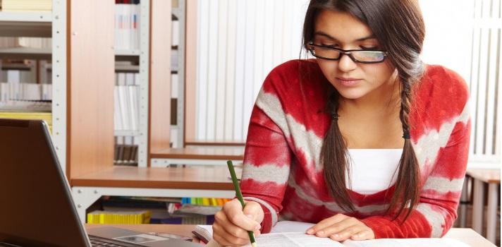Buena iluminación, ventilación y una silla y escritorio cómodos son claves en un lugar de estudio óptimo