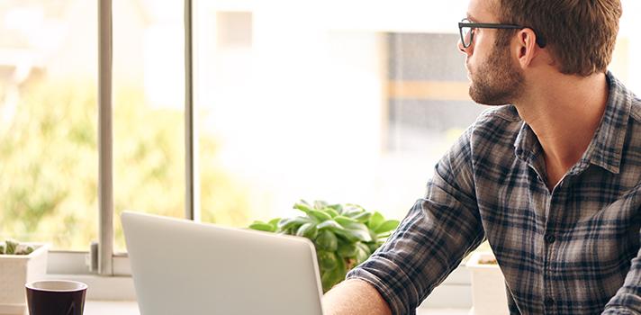 <p>A procrastinação é um problema enfrentado por muitas pessoas no ambiente de trabalho. <strong>Deixar as tarefas sempre para depois</strong> pode ser uma atitude comum no escritório. Contudo, caso ocorra com frequência, pode ser muito prejudicial, fazendo com que o funcionário sempre fique atrasado com os seus prazos de entrega e <strong><a title=4 atitudes que podem prejudicar a sua imagem profissional href=https://noticias.universia.com.br/carreira/noticia/2015/10/29/1133026/4-atitudes-podem-prejudicar-imagem-profissional.html>pode prejudicar a sua imagem profissional</a></strong>.<br/><br/></p><p><span style=color: #333333;><strong>Você pode ler também:</strong></span><br/><a style=color: #ff0000; text-decoration: none; text-weight: bold; title=Como evitar a procrastinação no ambiente escolar href=https://noticias.universia.com.br/destaque/noticia/2015/09/24/1131390/evitar-procrastinacao-ambiente-escolar.html>» <strong>Como evitar a procrastinação no ambiente escolar</strong></a><br/><a style=color: #ff0000; text-decoration: none; text-weight: bold; title=Conheça 3 dicas para não procrastinar neste semestre href=https://noticias.universia.com.br/destaque/noticia/2015/08/18/1130035/conheca-3-dicas-procrastinar-neste-semestre.html>» <strong>Conheça 3 dicas para não procrastinar neste semestre</strong></a><br/><a style=color: #ff0000; text-decoration: none; text-weight: bold; title=Todas as notícias de Carreira href=https://noticias.universia.com.br/carreira>» <strong>Todas as notícias de Carreira</strong></a></p><p><br/>Foi pensando nisso que a seguir <strong>listamos 5 dicas para evitar a procrastinação no trabalho em 2016</strong>. Confira abaixo e agilize sua rotina profissional!</p><p><strong><br/>1 - Faça uma divisão das tarefas</strong><br/> Quando você precisar cumprir com uma tarefa grande, é interessante dividi-la em atividades menores, definindo um prazo para finalizar cada uma delas, até que você conclua o projeto final. <strong><a title=Descubra 9 apl