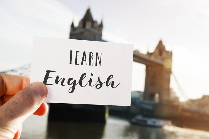 Felizmente, estudar inglês sem surpreender a sua conta-poupança já é possível hoje em dia.