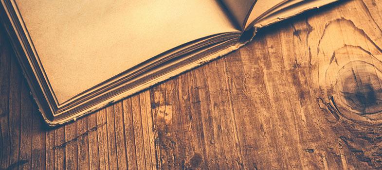 <blockquote style=text-align: center;>Siga a série <a href=https://noticias.universia.com.br/tag/livros-grátis title=Série Livros Grátis>Livros Grátis!</a> Baixe mais de 1.500 livros sem pagar nada!</blockquote><p><strong>Fernando Pessoa</strong> foi uma personalidade muito curiosa, que escreveu vários bons livros sob vários grandes nomes. Entre os heterônimos mais conhecidos estão <strong>Alberto Caeiro</strong>, <strong>Álvaro de Campos</strong>, <strong>Ricardo Reis</strong> e <strong>Bernardo Soares</strong>. Mas no total, Pessoa teve <strong>127 heterônimos</strong>. Ele tinha um grande interesse em astrologia e esoterismo, e se eternizou como uma figura excêntrica da literatura brasileira.</p><p></p><p></p><p><span style=color: #333333;><strong>Leia também:</strong></span><br/><a href=https://noticias.universia.com.br/destaque/noticia/2016/09/21/1143811/5-livros-ensinam-sucesso.html title=5 livros que ensinam você a ter sucesso>» <strong>5 livros que ensinam você a ter sucesso</strong></a><br/><a href=https://noticias.universia.com.br/educacao/noticia/2016/09/19/1143749/onde-conseguir-livros-infantis-ingles-graca.html title=Onde conseguir livros infantis em inglês de graça>» <strong>Onde conseguir livros infantis em inglês de graça</strong></a></p><p></p><p><br/> O escritor era português mas foi educado na África do Sul, onde <a href=https://noticias.universia.com.br/tag/coluna-Lets-talk/ title=aprendeu também o inglês>aprendeu também o inglês</a>. Por isso, três das quatro obras que ele publicou em vida e sob o próprio nome são na língua. Mas o que mais destaca a sua estranha personalidade é o fato de ele ter publicado livros apresentando várias delas.</p><p></p><p><br/> Os livros publicados sobre outros nomes são tão diferentes que poderiam mesmo se passar por outros autores. Inclusive, <strong>é por isso que eles são considerados heterônimos, e não pseudônimos</strong>. Cada um deles tinha não apenas uma obra, mas uma história, data de nascimento e opiniões