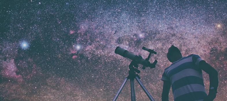 <p>A astronomia é, provavelmente, uma das áreas da ciência que mais desperta curiosidade e deslumbra. Quem não quer aprender mais sobre as estrelas e o universo que nos cerca? Pensando nisso, o Observatório Nacional (ON), instituto vinculado ao Ministério da Ciência, Tecnologia e Inovação (MCTI) criou o <strong> ASTRO: um aplicativo que ensina sobre a área. </strong></p><p><span style=color: #333333;><strong>Leia também:</strong></span><br/><a href=https://noticias.universia.com.br/ciencia-tecnologia/noticia/2013/11/11/1062385/6-aplicativos-astronomia.html title=6 aplicativos sobre astronomia>» <strong>6 aplicativos sobre astronomia</strong></a><br/><a href=https://noticias.universia.com.br/educacao/noticia/2016/03/14/1137373/estudar-astronomia.html title=Por que estudar Astronomia?>» <strong>Por que estudar Astronomia? </strong></a></p><p>O ASTRO<strong> permite, entre outras coisas, que os usuários façam simulações com eclipses lunares e solares, </strong> além de compreender melhor como nasce uma estrela ou um planeta, sua função e as estruturas que os cercam. É uma verdadeira viagem pelo universo.</p><p>Porém, apesar de parecer novo, <strong> o ASTRO é, na verdade, uma ferramenta antiga, lançada originalmente em 1987. </strong> Agora, no entanto, ele chega ao público em uma versão repaginada, com muito mais recursos e mais acessível – o original era voltado aos cientistas.</p><p>O aplicativo está disponível para iOS e Android, além de ser acessível por computador pelo site do Observatório Nacional.</p>