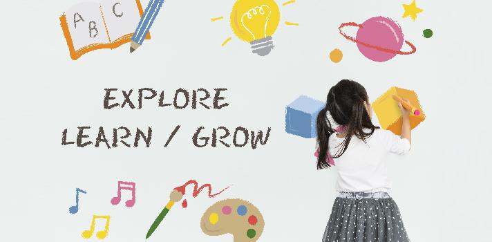 """<p>Tu rol como <strong>educador infantil</strong> implica el desarrollo de la imaginación en los niños, clave para su éxito en su vida adulta porque serán capaces de generar soluciones alternativas a un problema personal, laboral o profesional. Te acercamos algunas <strong>técnicas para fomentar la creatividad en los niños</strong>, que a pesar de su obviedad, pueden variarse para conseguir un efecto innovador si sabemos cómo emplearlas en el aula.<br/><br/></p><h2><a href=https://noticias.universia.es/cultura/noticia/2017/06/20/1153522/como-crear-biblioteca-fomente-lectura-ninos.html target=_blank>Lectura y escritura</a></h2><p>Un clásico que permite vastas posibilidades cuando introducimos las preocupaciones e ideas que tienen los estudiantes cada día. En lugar de limitarte a contar un cuento<strong>, genera un debate en el aula para que los niños inventen finales alternativos o relacionen la historia con su contexto actual</strong>. Ten en cuenta que los libros ilustrados con colores brillantes despertarán naturalmente la curiosidad de los más pequeños.</p><p>""""¿Qué hubiera pasado si…?"""", """"¿Y tú qué hubieras hecho?"""", """"¿Qué crees que hace la princesa en sus fines de semana?"""", son algunos <strong>disparadores que captarán la atención de los niños</strong> y los motivarán a participar. Además, las respuestas pueden darse oralmente tras discutir en grupo, en un dibujo, una manualidad o una redacción.</p><p>La escritura es un vehículo que fortalece la confianza, de hecho, los niños con una imaginación más profunda se convierten más fácilmente en escritores independientes. Desarrollan vocabulario, mejoran su comprensión y practican la empatía cuando perfilan distintos personajes expresados con sus propias palabras. La práctica continua de la escritura y lectura conduce a un <strong>mayor interés por las asignaturas del plan de estudios</strong> conforme el niño avanza en su educación formal.<br/><br/></p><h2><strong>Juegos de simulación</strong></h2><p>La dramatuzación e"""