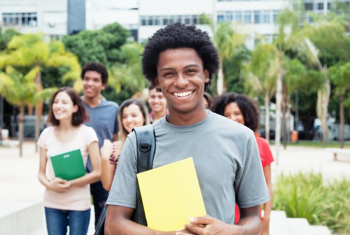 São programas do governo visando a ampliação do acesso à educação para todos os cidadãos.