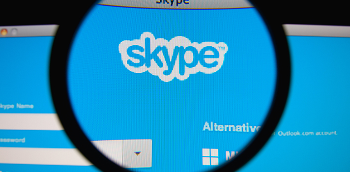 <p>Conversar pela internet por meio de vídeos já é uma prática bastante comum no dia a dia.<strong><a title=4 dicas para participar de entrevistas por Skype href=https://noticias.universia.com.br/carreira/noticia/2015/10/08/1132143/4-dicas-participar-entrevistas-skype.html>Sites como o Skype</a></strong> oferecem opções de conversas instantâneas em vídeo conectando várias pessoas ao redor do país e do mundo. Mas esse recurso não é útil apenas no ambiente profissional: <strong>as videoconferências também podem ser usadas nas escolas pelos professores</strong>, tornando a aula mais dinâmica para os alunos.</p><p></p><p><span style=color: #333333;><strong>Você pode ler também:</strong></span><br/><a style=color: #ff0000; text-decoration: none; text-weight: bold; title=Professor: aplique 4 métodos para tornar sua aula mais dinâmica href=https://noticias.universia.com.br/destaque/noticia/2015/12/04/1134397/professor-aplique-4-metodos-tornar-aula-dinamica.html>»<strong>Professor: aplique 4 métodos para tornar sua aula mais dinâmica</strong></a><br/><a style=color: #ff0000; text-decoration: none; text-weight: bold; title=5 atitudes que todo professor inovador precisa desenvolver href=https://noticias.universia.com.br/destaque/noticia/2015/11/25/1134045/5-atitudes-todo-professor-inovador-precisa-desenvolver.html>»<strong>5 atitudes que todo professor inovador precisa desenvolver</strong></a><br/><a style=color: #ff0000; text-decoration: none; text-weight: bold; title=Todas as notícias de Educação href=https://noticias.universia.com.br/educacao>» <strong>Todas as notícias de Educação</strong></a></p><p></p><p><strong>Sabendo disso, separamos a seguir 4 dicas para usar o Skype em sala de aula</strong>. Confira abaixo:</p><p></p><p><strong>1 - Conecte com alunos de outros países</strong></p><p>Uma maneira interessante de usar o Skype durante as aulas é conectar com alunos estrangeiros. Como professor, você pode tentar conseguir um contato de uma universidade ou escola fora do 